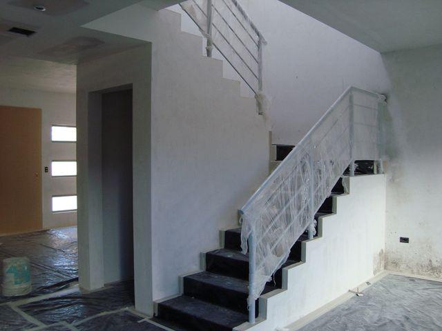 Escalera con herrer a en color aluminio closet de visitas for Closet en escaleras