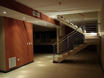 Vista desde la entrada de la casa sala escalera comedor for Salas con escaleras